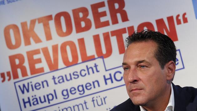 Strache bei der Präsentation der Wien-Wahl-Plakate (Bild: APA/HERBERT PFARRHOFER)