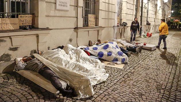 Die Flüchtlinge schlafen seit Freitag vor dem Schloss Mirabell und verhalten sich ruhig. (Bild: MARKUS TSCHEPP)