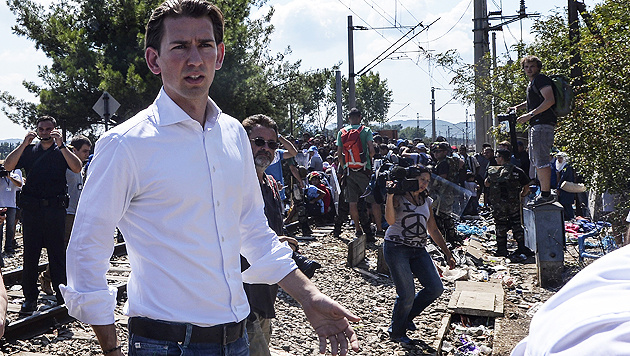 Österreichs Außenminister Sebastian Kurz beim Lokalaugenschein in Mazedonien (Bild: APA/EPA/GEORGI LICOVSKI)
