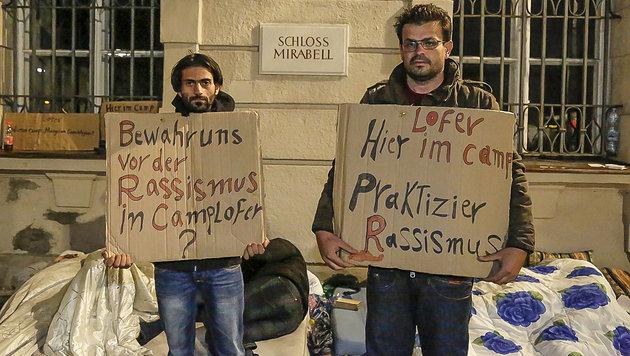 Zwei Syrer halten Kartons mit Protestbotschaften. (Bild: MARKUS TSCHEPP)
