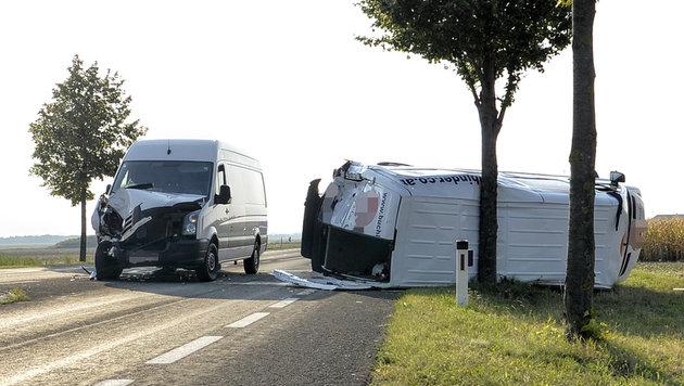 Auf der Bundesstraße krachten die beiden Kastenwagen ineinander, einer stürzte um. (Bild: APA/HERBERT NEUBAUER)