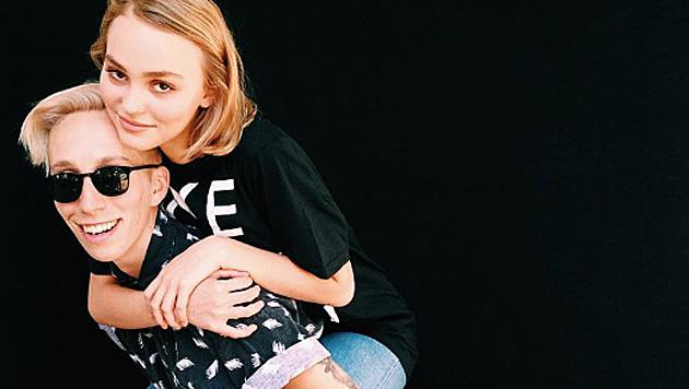 """Mit dieser Kampagne outet sich Lily-Rose Depp als """"nicht zu hundert Prozent hetero"""". (Bild: instagram.com/iolovesyou)"""