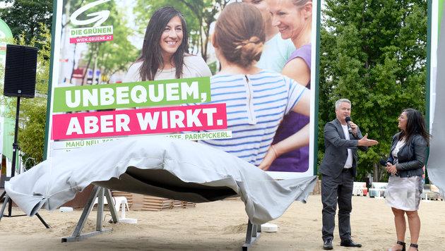 Wien-Wahl: David Ellensohn und Maria Vassilakou präsentierten die erste grüne Plakatwelle. (Bild: APA/HANS KLAUS TECHT)