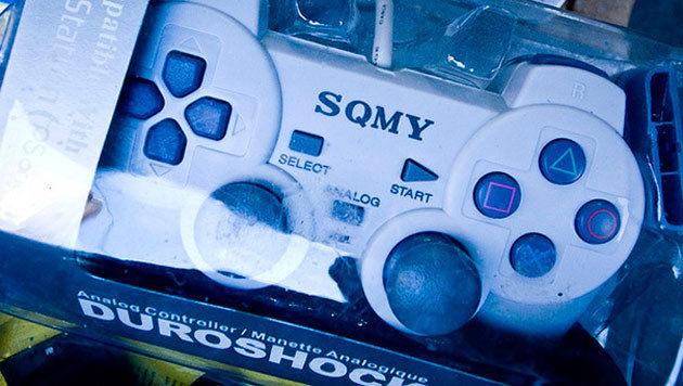 Den Dualshock-Controller von Sony kennt man. Hier handelt es sich jedoch um den Duroshock von SQMY. (Bild: flickr.com/photos/spanier/4045965489)