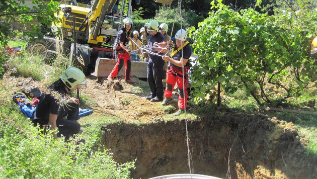 Grazer Feuerwehr rettet Verschütteten aus Baugrube (Bild: BF Graz)