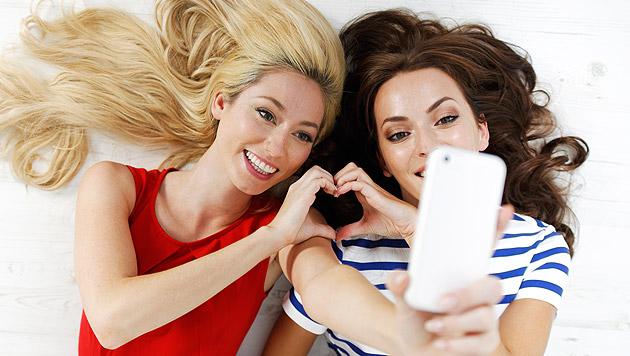 Selfie-Knipserei könnte Kopfläuse verbreiten (Bild: thinkstockphotos.de)