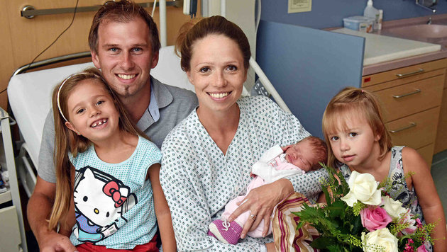 Die ersten Besucher von Selina im Spital waren natürlich die großen Schwestern Nina und Emelie. (Bild: Markus Wenzel)
