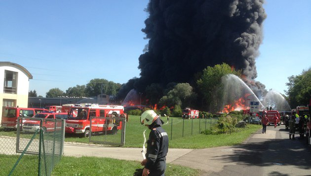 """Brand aus"" nach Feuersbrunst in Recyclingfirma (Bild: BFV Leibnitz/Herbert Putz)"