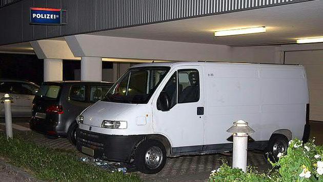In diesem Transporter wurden die stark dehydrierten Kinder von der Polizei entdeckt. (Bild: APA/DANIEL SCHARINGER)