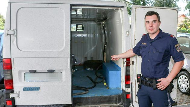 Inspektor Jan Gieber vor dem beschlagnahmten Klein-Lkw (Bild: APA/DANIEL SCHARINGER)