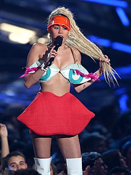 Aber auch sonst zeigte sich Miley kreativ in ihrer Kleiderauswahl. (Bild: Matt Sayles/Invision/AP)