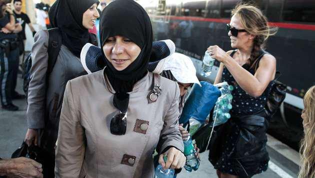 Freiwillige Helfer versorgten die Ankömmlinge mit Wasser und Nahrung. (Bild: AFP)