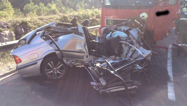 Für den Autofahrer und einen weiteren Insassen gab es keine Rettung mehr. (Bild: FF Eselsbach-Unterkainisch)