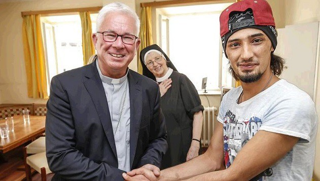 Erzbischof Franz Lackner heißt Flüchtling Yassin in seinem Heim im Gästehaus St. Luzia willkommen. (Bild: Markus Tschepp)