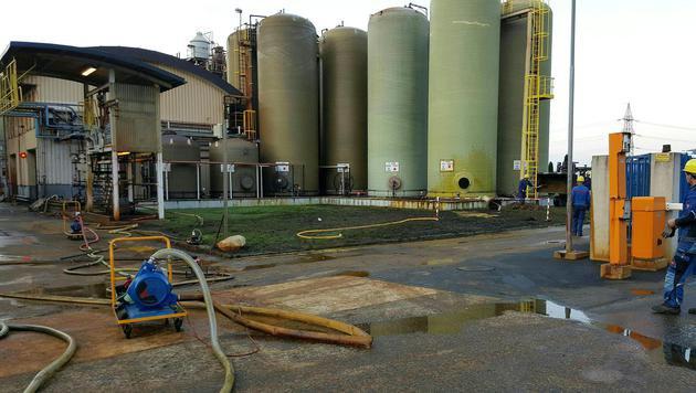 Im Werk der Donau Chemie kam es zum Säureaustritt. (Bild: APA/ERICH POLZER)