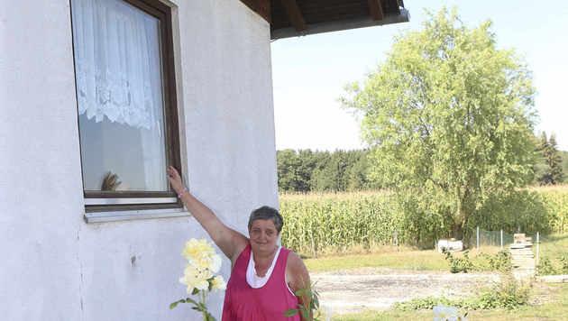 Ingrid D. am Einbruchsfenster (Bild: Daniel Scharinger)