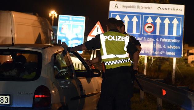 In der Nähe der Grenzübergänge führt die Polizei Schwerpunktkontrollen durch. (Bild: APA/EPA/HERBERT P. OCZERET)