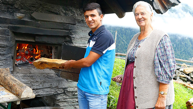 "Flüchtlinge backen Brot mit ""Wut-Oma"" Frieda (Bild: Gerhard Schiel)"