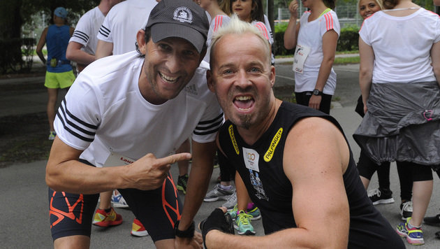 Ö3-Mann Tom Walek und Behindertensportler Thomas Geierspichler (Bild: APA/HERBERT PFARRHOFER)