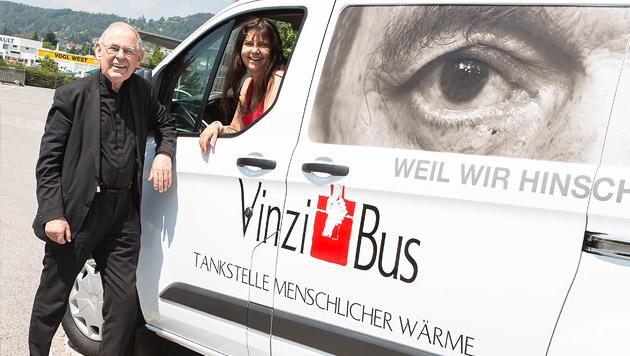Pfarrer Wolfgang Pucher und Gabriele Grössbauer-Muster mit dem VinziBus (Bild: VinziWerke)