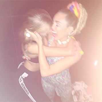 Stella Maxwell kuschelt wieder mit Miley Cyrus. (Bild: instagram.com/mileycyrus)
