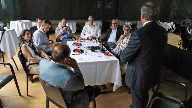 Die ÖVP-Delegation im Gespräch mit dem Außenwirtschaftsdelegierten Michael Berger (Bild: Fritz Schneeberger)