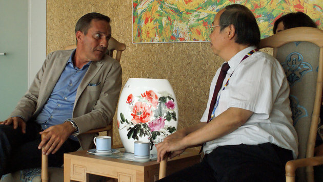Manfred Juraczka im Gespräch mit Chinas Expo-Beauftragtem (Bild: Fritz Schneeberger)