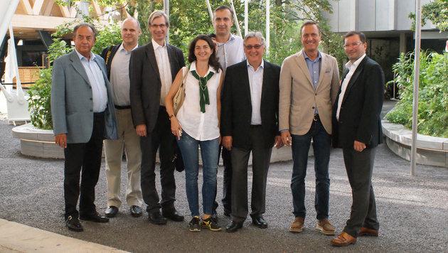 Die Wiener ÖVP-Delegation mit Manfred Juraczka (2. v. re.) vor dem Österreich-Pavillon (Bild: Fritz Schneeberger)