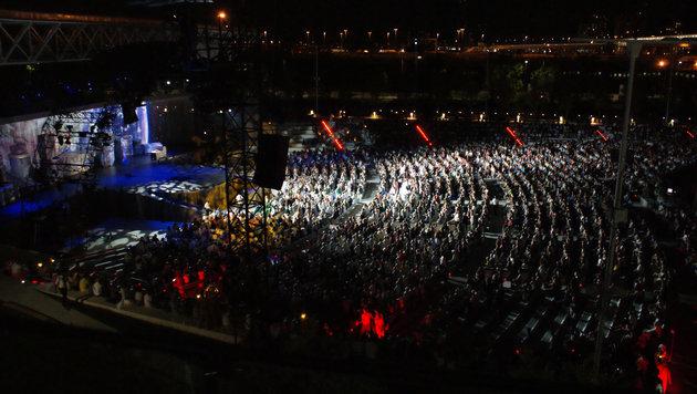 10.000 Menschen bei der Show des Cirque du soleil am EXPO-Gelände (Bild: Fritz Schneeberger)