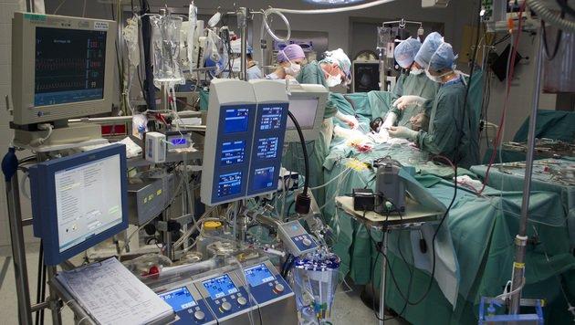 Perfekte OP-Zusammenarbeit von Herz- und Transplantationschirurgie, Anästhesie und Intensivmedizin (Bild: Tirol Kliniken GmbH)