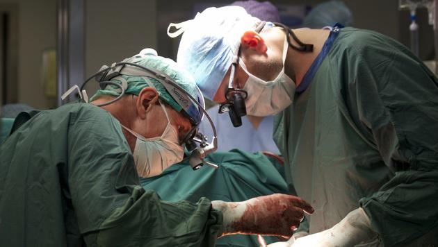 Die Ärzte mussten zunächst das Kunstherz entfernen, ehe das echte Organ eingesetzt werden konnte. (Bild: Tirol Kliniken GmbH)