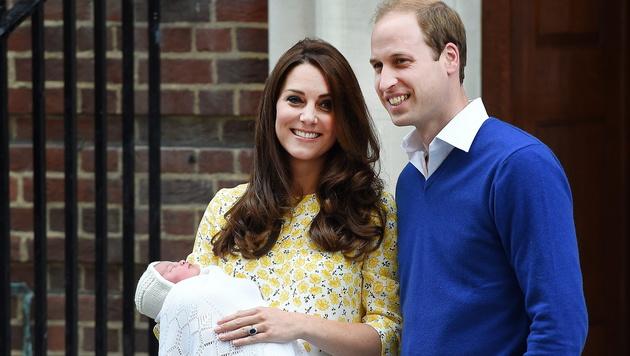 Kate und William mit Töchterl Charlotte (Bild: APA/EPA/ANDY RAIN)