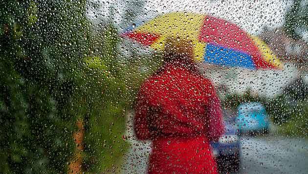 Regen und maximal 20 Grad am Wochenende (Bild: dpa/Sven Grundmann)