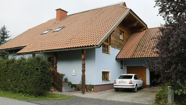 In diesem Haus in Ferlach wurden die zwei Leichen gefunden. (Bild: APA/GERT EGGENBERGER)