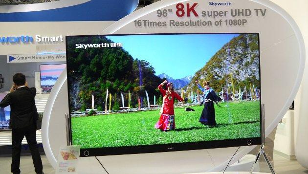 8K, made in China: Selbst hierzulande unbekannte Marken stellen mittlerweile 8K-Geräte zur Schau. (Bild: Dominik Erlinger)