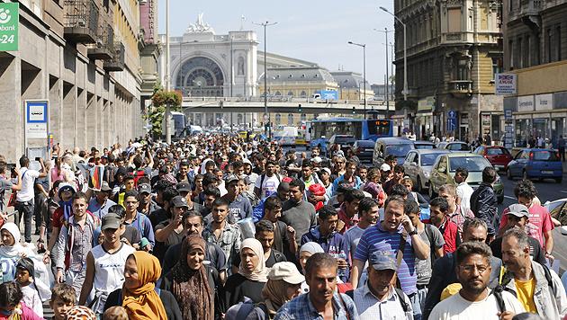 Fl�chtlinge in den Stra�en von Budapest (Bild: AP)