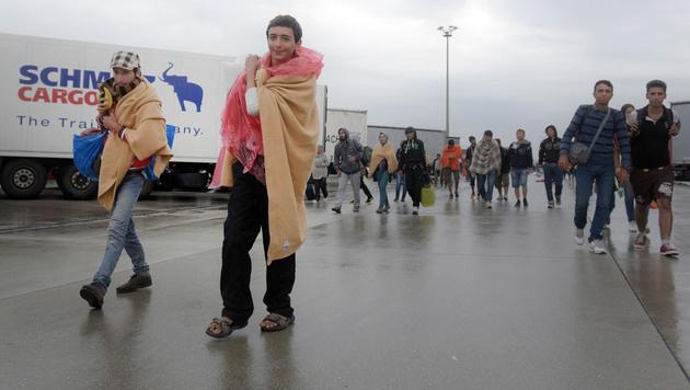 Flüchtlinge am Samstagmorgen in Nickelsdorf (Bild: APA/HERBERT P. OCZERET)