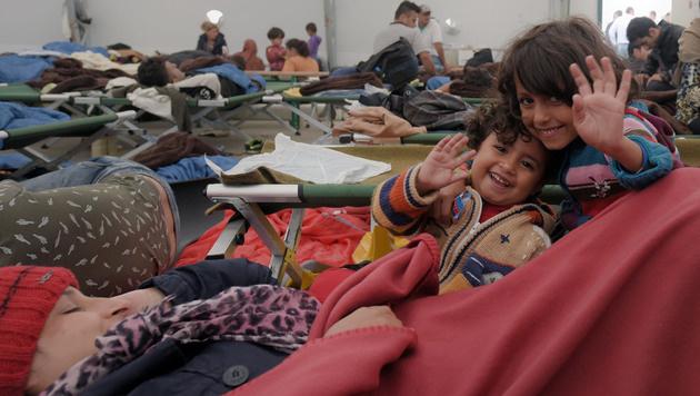 Flüchtlinge in der Nova-Rock-Halle (Bild: APA/HERBERT P. OCZERET)