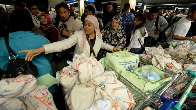 Flüchtlinge am Wiener Westbahnhof (Bild: APA/ROLAND SCHLAGER)