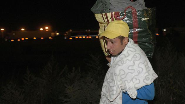 Bereits in der Nacht passierten die ersten Flüchtlinge die Grenze. (Bild: APA/HERBERT P. OCZERET)