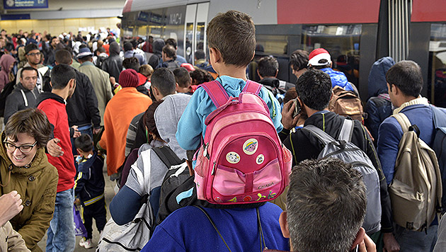 15.000 Flüchtlinge aus Ungarn nach Österreich (Bild: APA/HANS PUNZ)