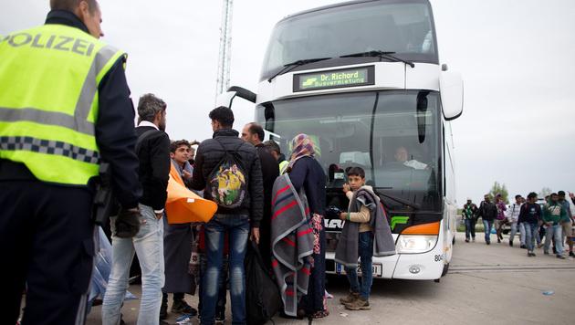 Vorerst kein neuer Ansturm an Ungarn-Grenze (Bild: APA/HERBERT P. OCZERET)