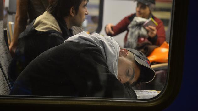 Flüchtlinge am Salzburger Hauptbahnhof (Bild: APA/BARBARA GINDL)