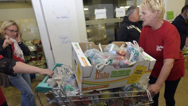 Die Spendensammelstelle am Wiener Westbahnhof (Bild: APA/HANS PUNZ)