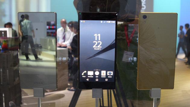 Die spiegelnde Metallic-Rückseite des Z5 Premium ist anfälliger für Fingerabdrücke als jene des Z5. (Bild: Dominik Erlinger)