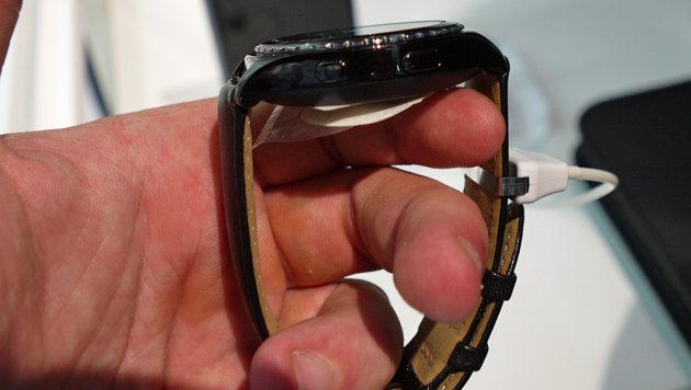 Mit Lederarmband und Metallgehäuse erinnert die Gear S2 stark an klassische Herrenuhren. (Bild: Dominik Erlinger)