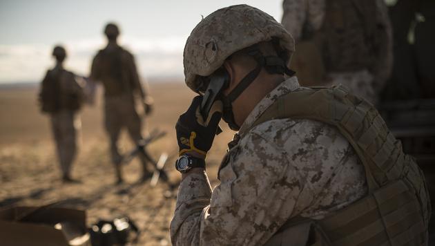 Bisherige Armeefunkgeräte - noch mit Hörer - haben bald ausgedient. (Bild: Wikimedia)