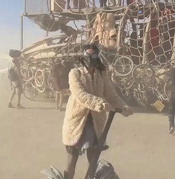 Katy Perry versucht, im Wüstensand Segway zu fahren. (Bild: Viennareport)