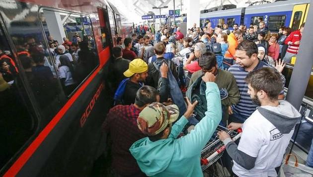 Die Flüchtlinge steigen kurz aus den Zügen aus, die Helfer verteilen Pakete. (Bild: Markus Tschepp)