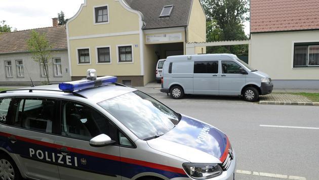 Polizei und Spurensicherung am Ort des Geschehens (Bild: APA/HERBERT PFARRHOFER)